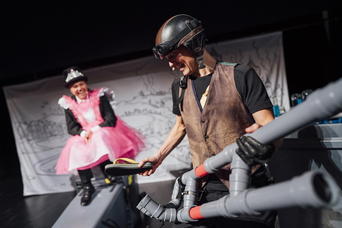 Lodshans begejstrer prinsessen med sit musikinstrument