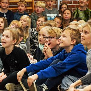 Glade børn til en HeartBeat optræden